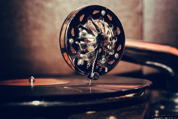 Vieux, joueur gramophone, gros plan