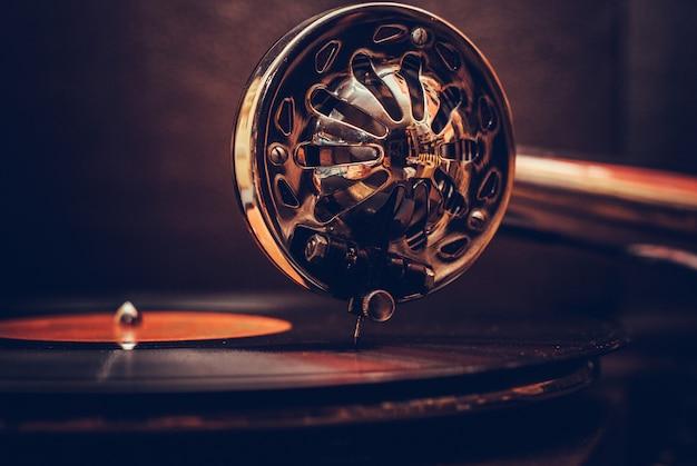 Vieux joueur de gramophone se bouchent. détail