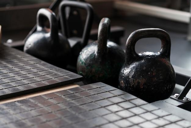 Vieux kettlebells dans les gymnases