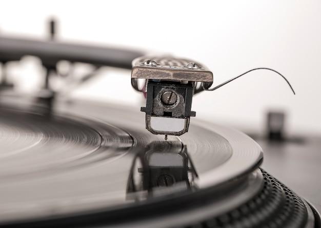 Vieux lecteur de platine vinyle poussiéreux isolé sur fond blanc.