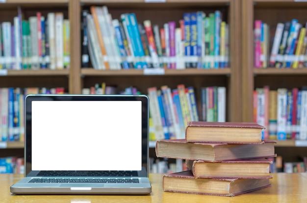 Vieux livre sur le bureau dans la bibliothèque avec tablette