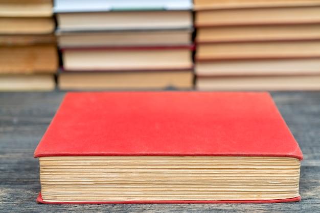 Vieux livre dans l'obnozhka rouge. symbole de connaissance et d'apprentissage.