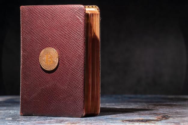 Un vieux livre avec le logo bitcoin dessus. concept de connaissance de crypto-monnaie.