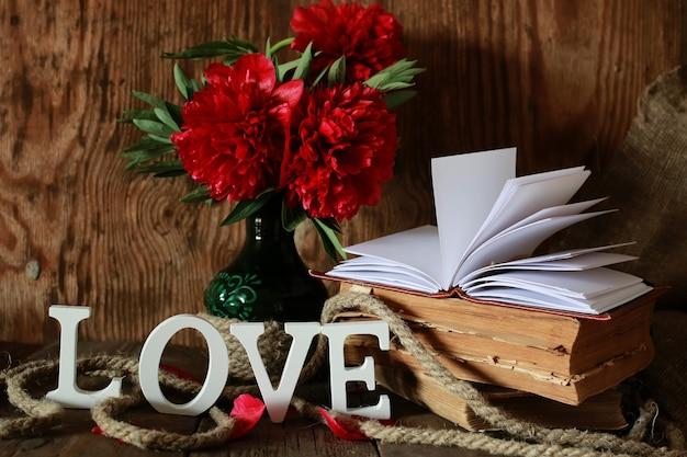 Vieux livre et mot amour