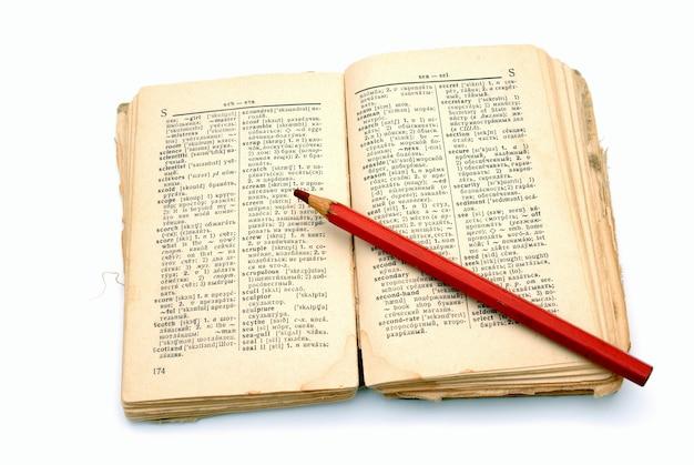 Le vieux livre ouvert - le dictionnaire sur fond blanc