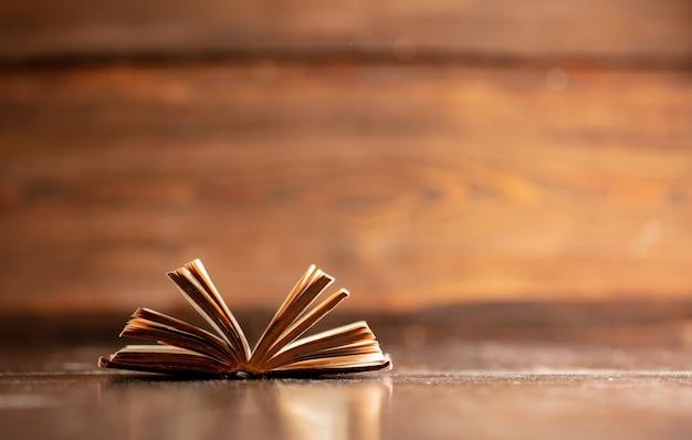 Vieux livre ouvert sur table en bois