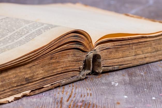 Vieux livre ouvert sur table rustique