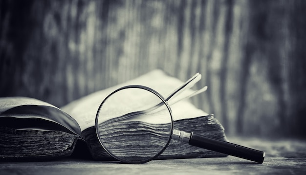 Un vieux livre rétro sur la table. une encyclopédie du passé sur un vieux comptoir en bois. un vieux livre des bibiotiques, un folio, une constitution, une bible.