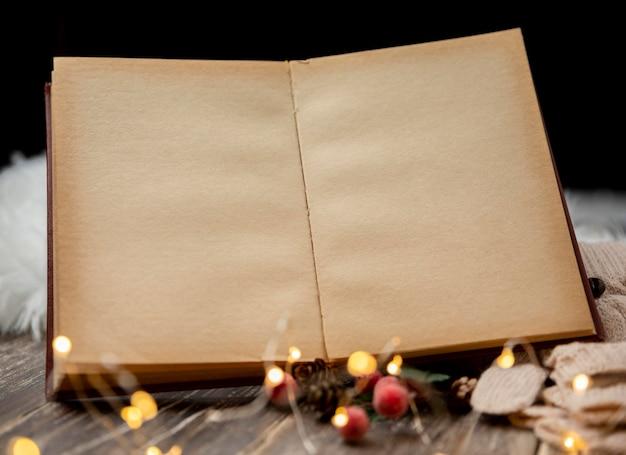 Vieux livre vide avec des lumières de noël
