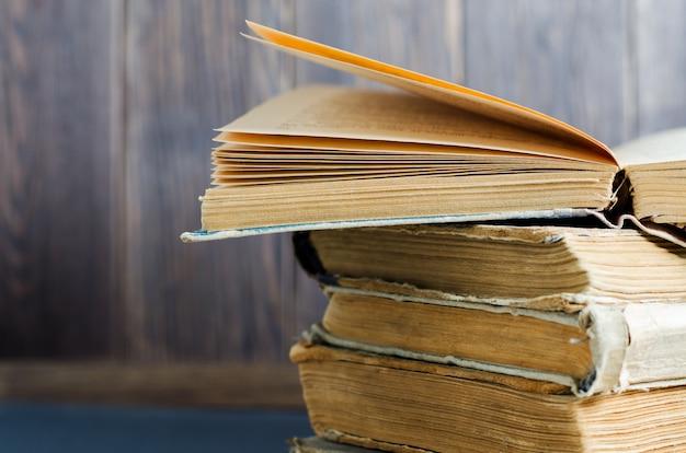 Vieux livres aux couvertures froissées et déchirées. fermer