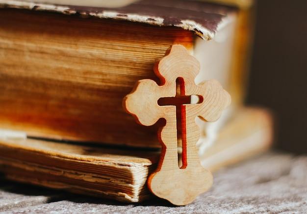 Vieux livres bibliques, croix chrétienne. concept de religion, foi en dieu, vacances de pâques, église