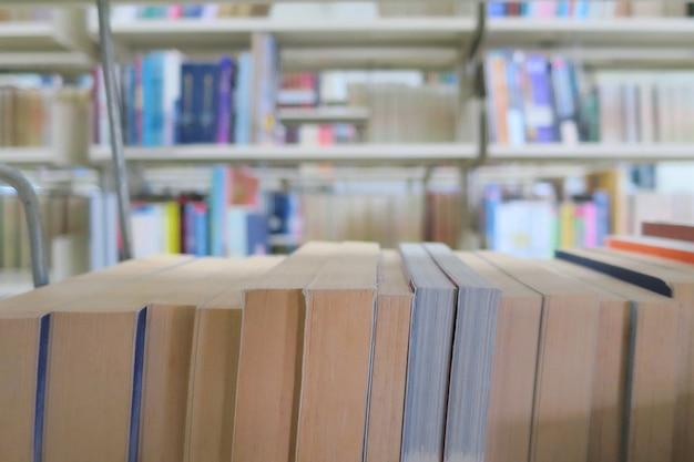Les vieux livres dans la bibliothèque. education et journée du livre.