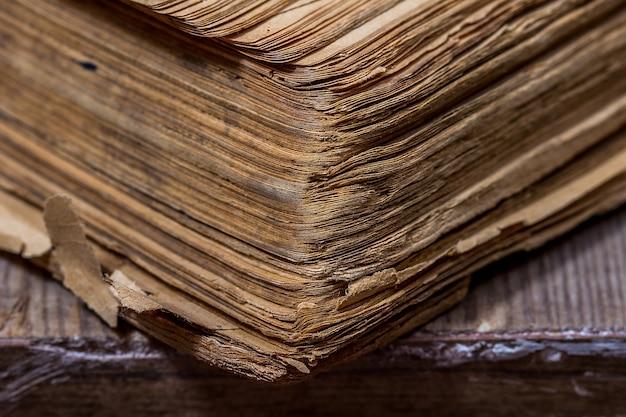 Vieux livres dans un style grunge sur une table en bois