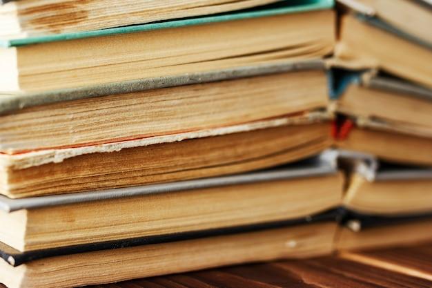 Vieux livres empilés dans une pile. photo tonique