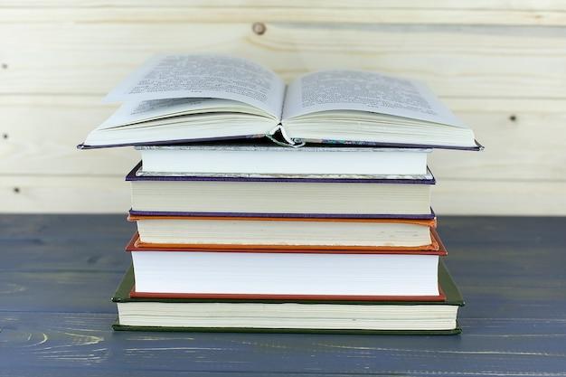 Vieux livres sur une étagère en bois. pas d'étiquettes, dos vierge.