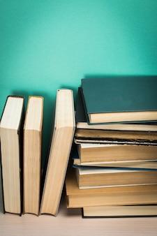 Vieux livres sur une étagère en bois