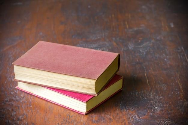 Vieux livres sur fond de table en bois