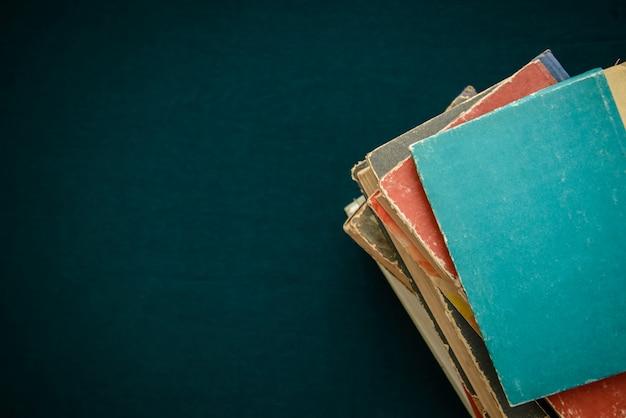 Vieux livres sur fond vert foncé