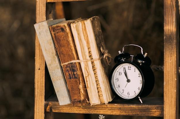 Vieux livres sur l'horloge de la penderie