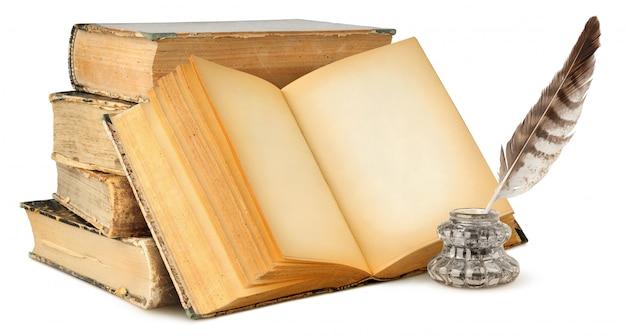 Vieux livres isolés avec des pages blanches, encrier et plume