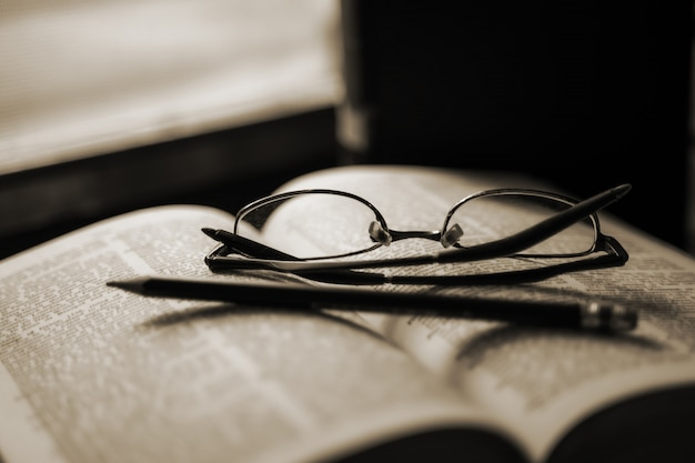Vieux livres laissés à la fenêtre dans une atmosphère calme