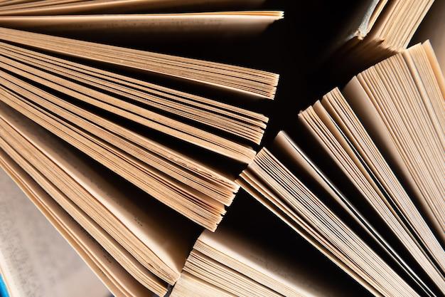 Vieux livres à moitié ouverts sur la table.