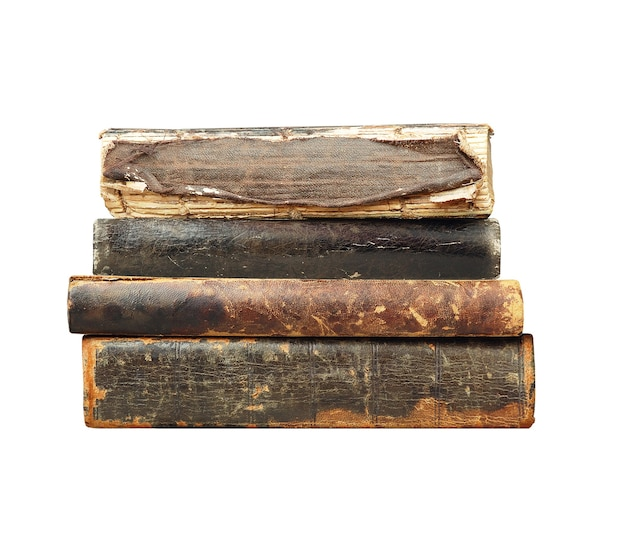 Vieux livres en pile isolé sur blanc