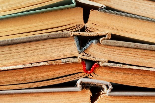 Les vieux livres sont alignés comme arrière-plan.