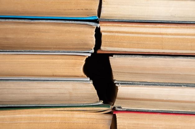 Vieux livres sur la table.