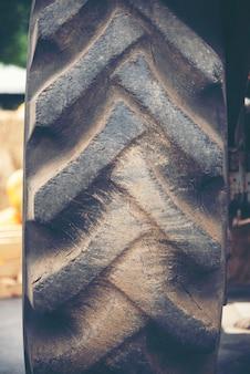 Vieux machinerie d'un tracteur