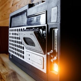 Vieux magnétophone avec cassette audio.