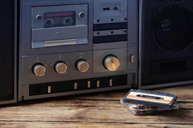 Vieux magnétophone et cassette sur table en bois