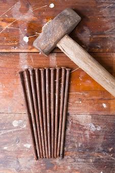Vieux marteau à clous rouillés