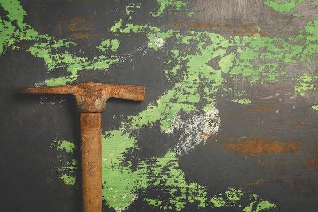 Vieux marteau égratigné sur une surface métallique