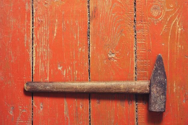 Vieux marteau sur une vieille table en bois