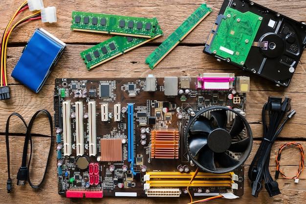 Vieux matériel informatique sur un fond en bois