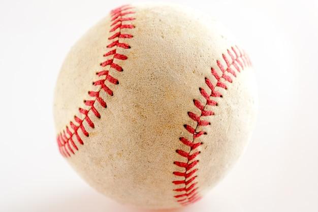 Vieux matériel de sport de baseball sur fond blanc