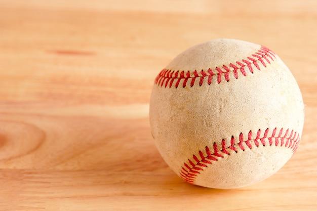 Vieux matériel de sport de baseball sur fond de bois