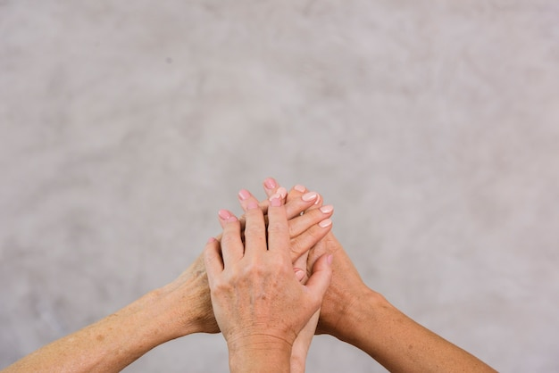 Vieux meilleurs amis, main dans la main avec espace de copie