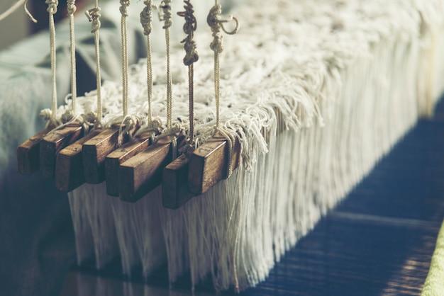 Vieux métier à tisser avec coton tissé à la main, image de filtre vintage