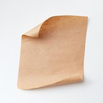 Vieux morceau de papier craft isolé