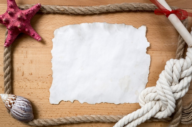 Vieux morceau de papier vide avec bordure de cordes, de nœuds et de coquillages