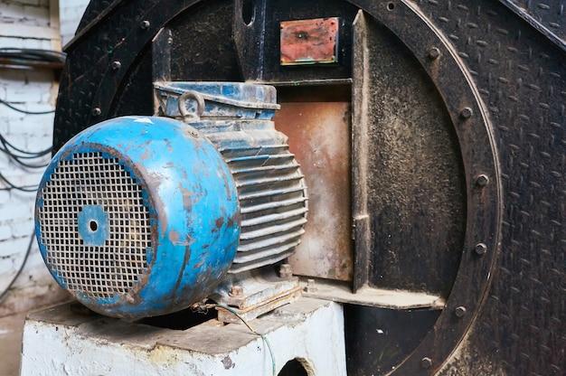 Vieux moteur électrique rayé et rouillé.