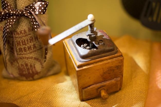 Un vieux moulin à café. ancienne machine à moudre le café.
