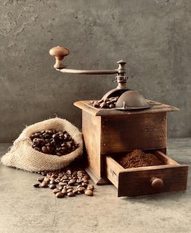Vieux moulin et grains de café