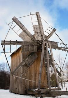 Vieux moulin à vent en bois, musée d'etat biélorusse d'architecture populaire, région de minsk, village d'azjarco, biélorussie