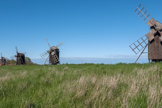 Vieux moulins à vent en bois sur l'île d'oland, en suède.