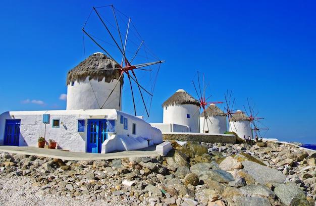 Vieux moulins à vent traditionnels de mykonos ensoleillé