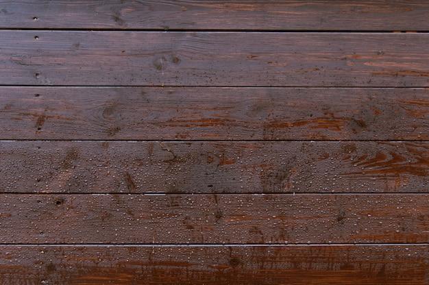 Vieux mur en bois foncé avec texture de fond de gouttes de pluie
