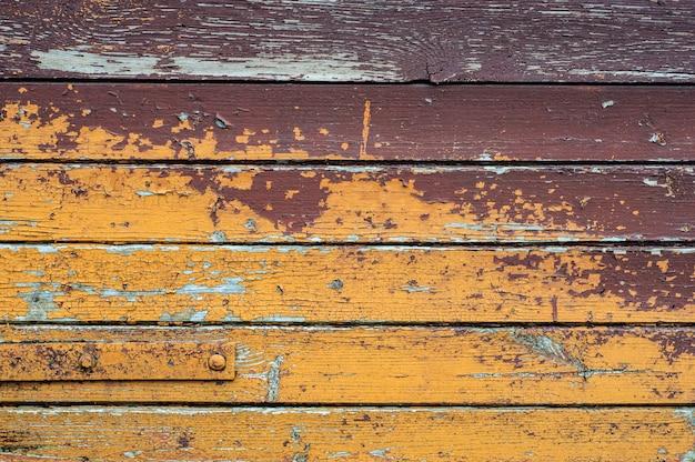 Vieux mur en bois rustique avec fond de peinture fissuré